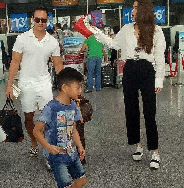 Kim Lý ga lăng xách hành lý cho mẹ con Hồ Ngọc Hà tại sân bay sau chuyến du lịch Đà Nẵng.