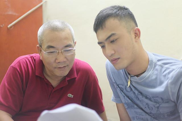Đạo diễn Danh Dũng (trái) trao đổi với diễn viên Doãn Quốc Đam đóng vai Trần Tú trong Người phán xử. Ảnh: VFC.