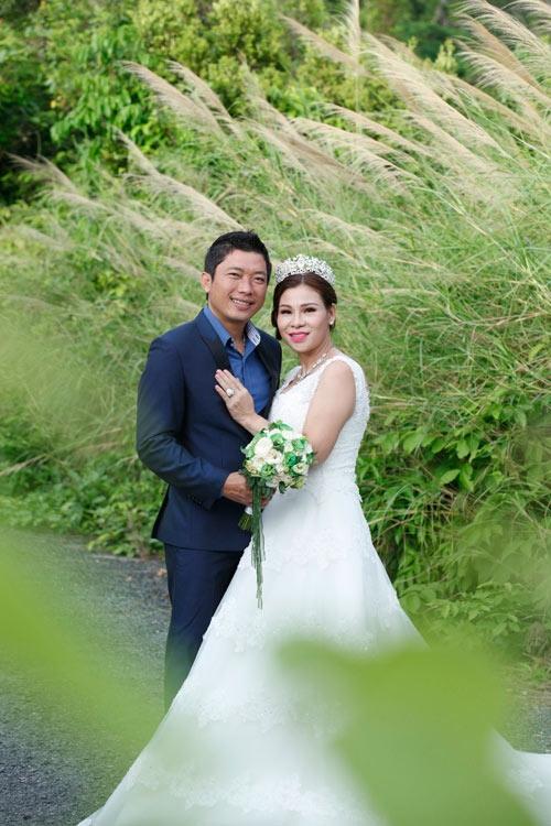 Ảnh cưới của Kinh Quốc và bà xã bằng tuổi.