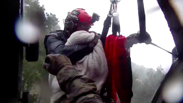 Hình ảnh nhân viên cứu hộ ôm chặt em bé 1 tháng tuổi khiến bao người xúc động.