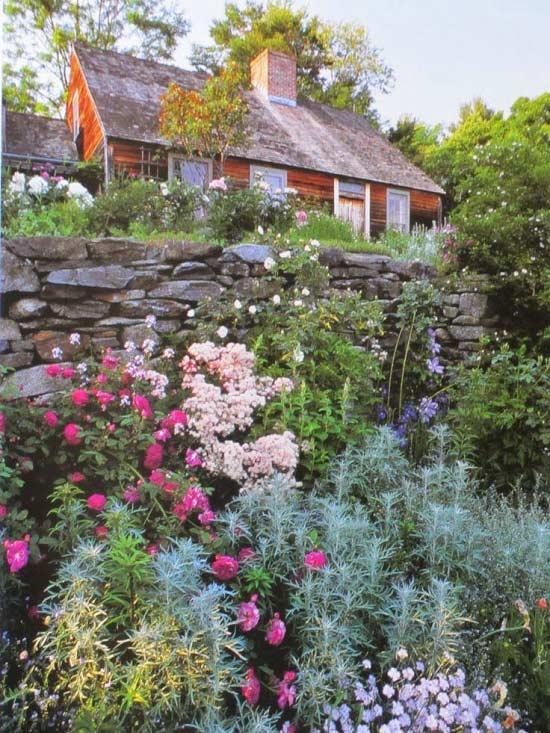 Thay vì sống cuộc sống thành thị, nhà văn Tasha Tudor đã chọn ngôi nhà vườn yên bình đầy tiếng chim và hương hoa tuyệt đẹp bên vách núi.