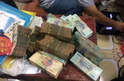 Hơn 5 tỷ đồng - tang vật đánh bạc, bị cảnh sát thu giữ. Ảnh: Quốc Thắng.