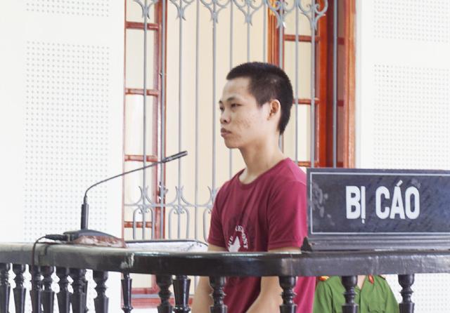 Nguyễn Hải Phi trước vành móng ngựa sau khi tước đoạt mạng sống của một thanh niên cùng xóm trọ và làm bị thương một thanh niên khác