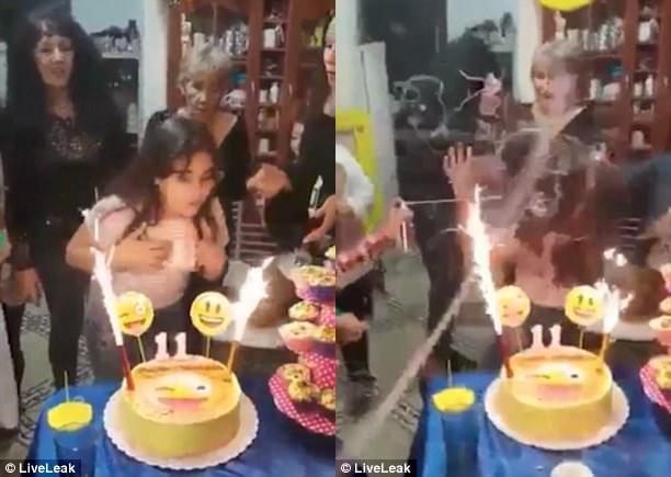 Sau bài hát chúc mừng sinh nhật, mọi người xịt bọt sợi lên người nhân vật chính...