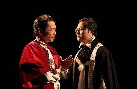 Nghệ sĩ Trung Anh (bên trái) trong vở Hamlet.