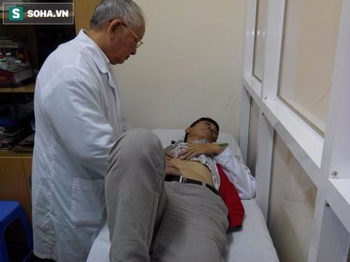 GS Trạch khám cho bệnh nhân