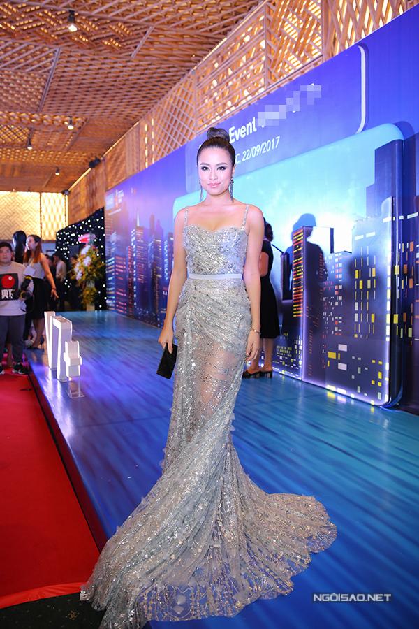 Hoàng Thùy Linh đẹp sang trọng, quyến rũ với váy xuyên thấu, dài quét đất.