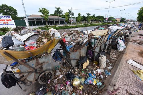 Nhiều đường phố của thị xã Sơn Tây đang ngập trong rác thải. Ảnh: Giang Huy.