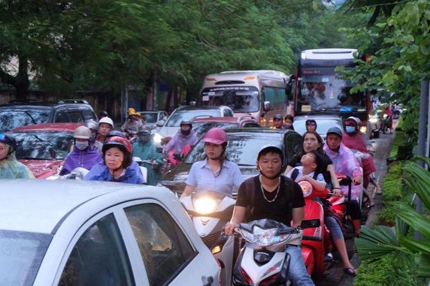 Chiều 25/9, cơn mưa lớn trút xuống Hà Nội khiến nhiều tuyến đường bị ùn tắc vào đúng giờ tan tầm. Ghi nhận tại đường Hoàng Đạo Thúy, hàng dài phương tiện xếp hàng nhích từng tí.