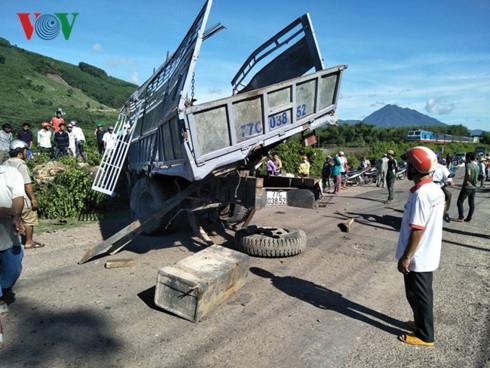Chiếc xe tải bị biến dạng sau va chạm