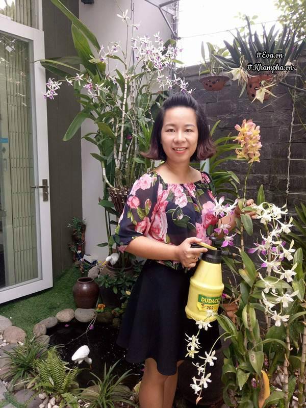 Chị Lê Thị Cẩm Thanh bên khu vườn nhỏ.