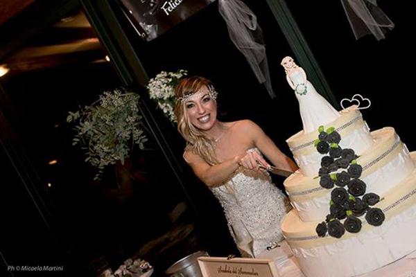 Laura cười tươi bên chiếc bánh cưới 3 tầng có tượng một mình cô dâu mà không có chú rể.