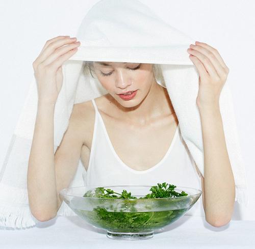 Bạn hoàn toàn có thể tự chế nước xông hơi hay tinh dầu xông hơi bằng những nguyên liệu thiên nhiên như hoa cúc, hay chanh sả...