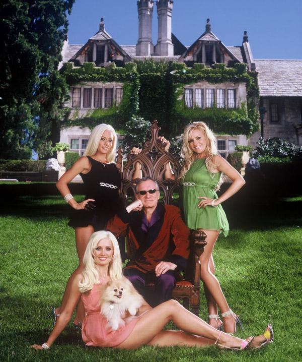 Ông trùm của tạp chí Playboy trước căn biệt thự xa hoa.