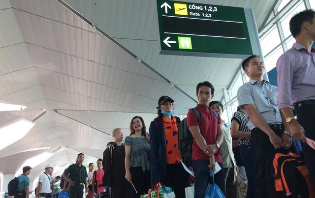 Hành khách làm thủ tục lên máy bay tại một sân bay đi TP.HCM - Ảnh: Châu Anh