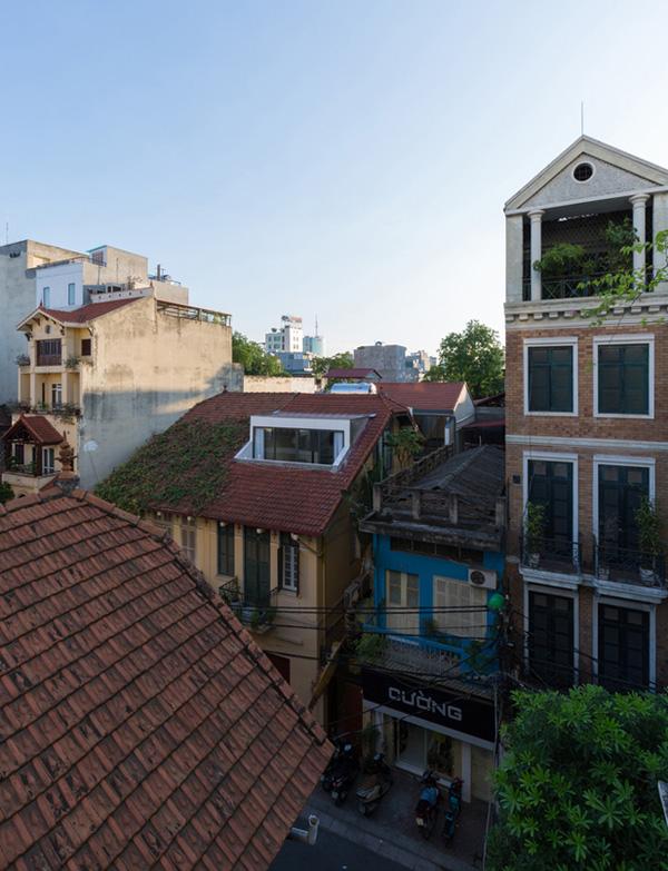 Trong khu phố cổ chật hẹp, việc có một không gian sống thoải mái hơn trong những ngôi nhà cũ luôn là nhu cầu cấp thiết của hầu hết cư dân sống ở đây. Gia chủ của ngôi nhà này cũng vậy.