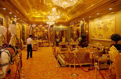Không gian sảnh chính của khách sạn gây ấn tượng mạnh mẽ bởi những chi tiết dát vàng nguyên chất.