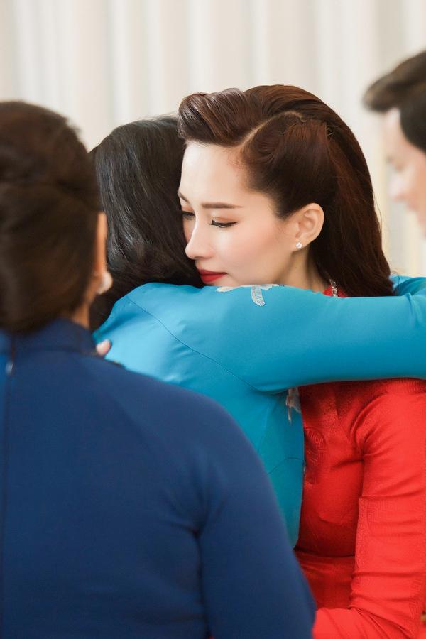 Lời dặn dò của mẹ chồng - nữ đại gia Dương Thanh Thủy - dành cho cô con dâu xinh đẹp và nổi tiếng là cái kết viên mãn cho đám cưới cổ tích của Hoa hậu Đặng Thu Thảo. Ngay từ khi Trung Tín dẫn Thu Thảo về ra mắt, bà chủ của Tập đoàn Trung Thủy đã có cảm tình với cô gái xuất thân trong gia đình nghèo khó này. Thu Thảo cũng thường xuyên xuất hiện thân thiết bên mẹ chồng trong các sự kiện quan trọng, nhiệt tình hỗ trợ việc kinh doanh của nhà chồng tương lai. Đó có lẽ là lý do mà bà Dương Thanh Thủy ủng hộ hết lòng sự lựa chọn của con trai mình.