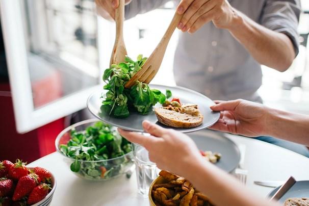 Gần như tất cả các chuyên gia đều nhấn mạnh tầm quan trọng của việc ăn uống thường xuyên để duy trì sự trao đổi chất và năng lượng.