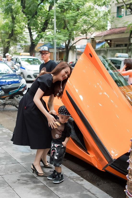 Chồng Ngọc Thạch lái siêu xe 16 tỷ đồng đến chúc mừng vợ