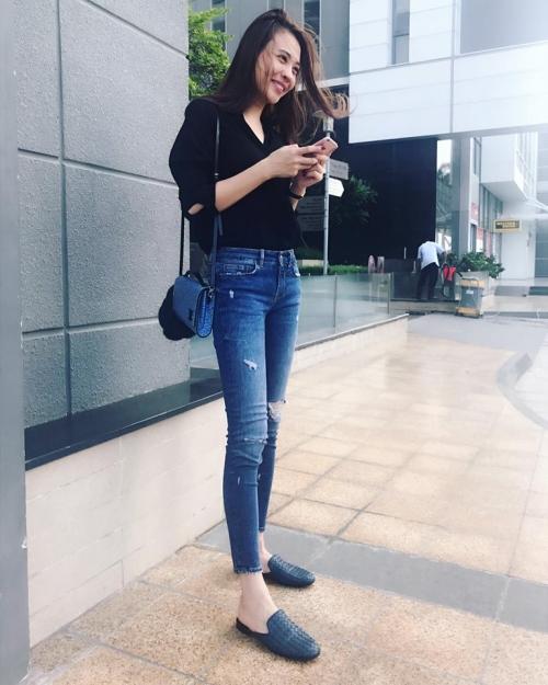 Đôi giày loafer phom cổ điển là lựa chọn hàng đầu giúp bạn gái Quốc Cường thu hút ánh nhìn, theo đó là túi xách Louis Vuitton.