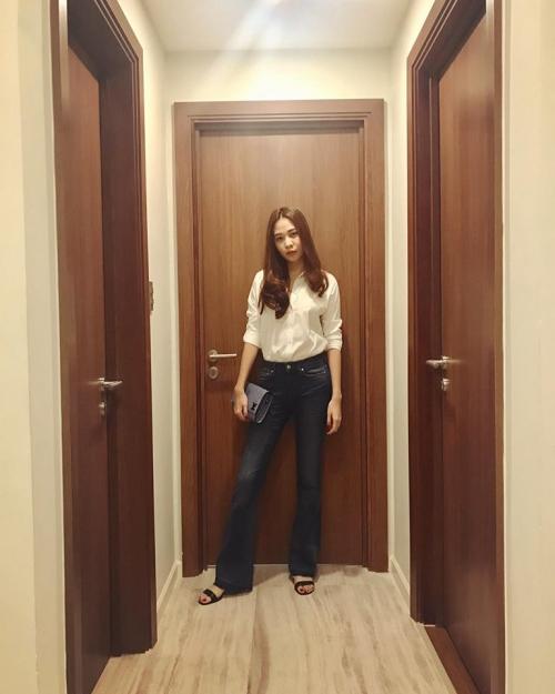 Với thân hình gợi cảm, jeans ôm ống loe giúp vóc dáng của Đàm Thu Trang càng cuốn hút hơn. Việc kết hợp túi clutch tạo nên tổng thể hút mắt.