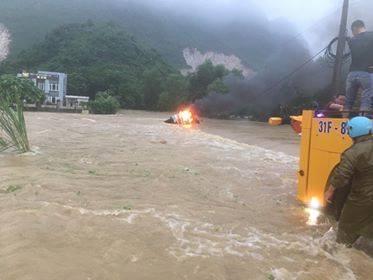 Chiếc xe ô tô bị bốc cháy giữa dòng nước lũ