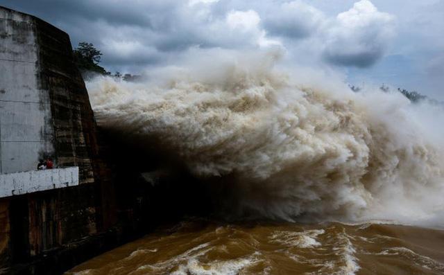Do lưu lượng nước về lớn nên thuỷ điện Hoà Bình đã phải mở lịch sử trong 10 năm qua.