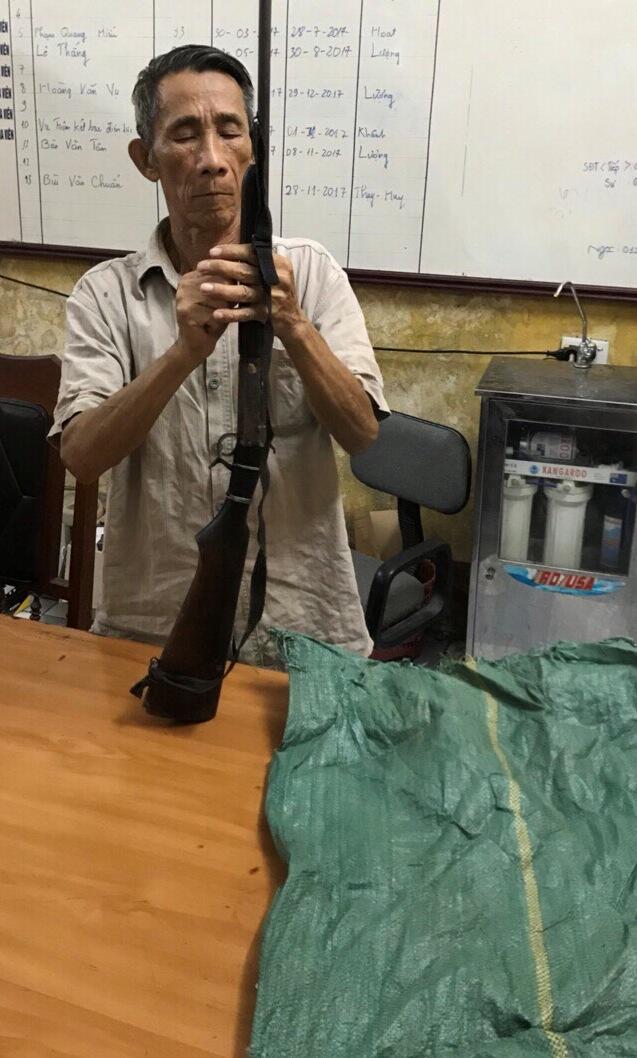 Đối tượng Ma Thanh Toan và khẩu súng tự chế thu giữ