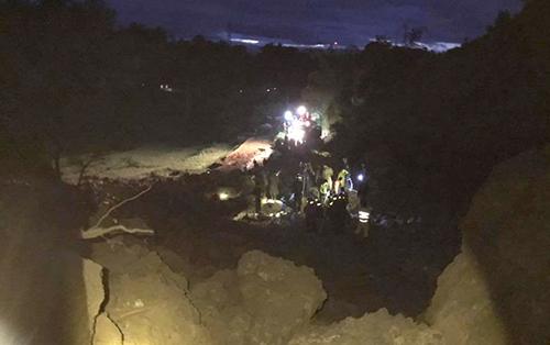 Sáng 12/10, bờ suối tại xóm Khanh, xã Phú Cường (Tân Lạc) bất ngờ sụt lún, kéo theo 7 nhà dân sạt lở. Lãnh đạo xã xác nhận ít nhất 4 ngôi nhà bị vùi lấp hoàn toàn cùng 18 người. Lực lượng cứu hộ và công an địa phương đến hiện trường kịp cứu được 3 người sóng sót.