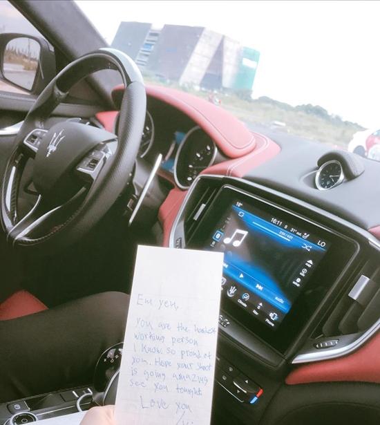 Hà Hồ khoe lá thư tình mà bạn trai viết động viên khi cô phải đi làm vào thứ hai.