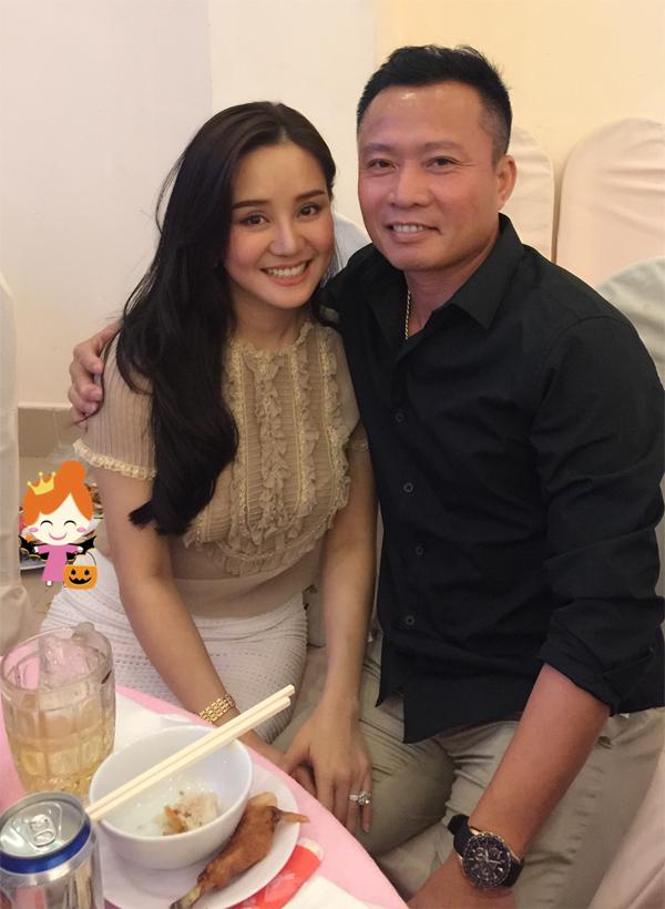 Từ khi kết hôn rồi sinh con, Vy Oanh vẫn giấu kín danh tính về ông xã. Mới đây, gia đình nữ ca sĩ lần đầu xuất hiện công khai cùng nhau ở sân bay Tân Sơn Nhất TP HCM.