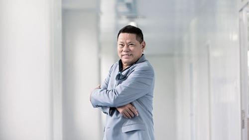 Cả thứ hạng và tài sản của tỷ phú gốc Việt - Hoàng Kiều đều giảm năm nay. Ảnh: Forbes