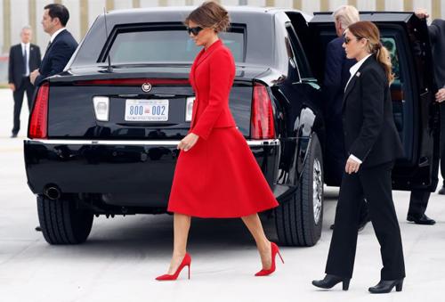 Nữ mật vụ Mỹ (phải) thường xuyên đi giày cao gót khi tháp tùng bà Melania. Ảnh: AP.