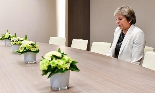 Thủ tướng Anh ngồi đợi một mình trong phòng họp ở Brussels, Bỉ để bàn về vấn đề Anh rời Liên minh châu Âu (Brexit).
