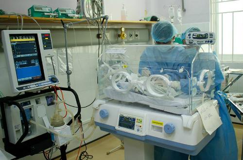 Các bác sĩ kiểm tra sức khỏe bé trong lồng ấp. Ảnh bệnh viện cung cấp.
