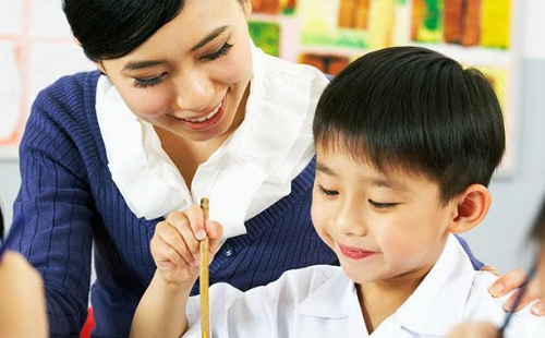 Tuổi mầm non là giai đoạn con học các kĩ năng chứ không phải là học kiến thức văn hóa - Ảnh: teachaway