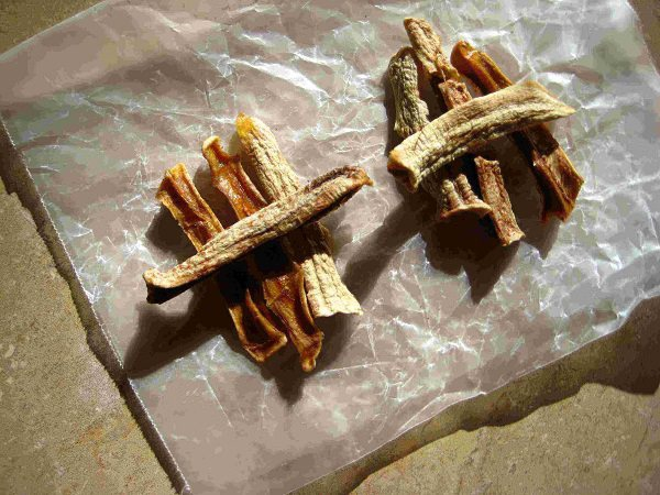 Vỏ chuối sấy khô có nhiều công dụng tuyệt vời khi dùng làm phân bón hữu cơ.