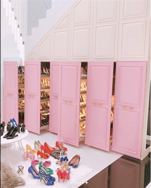 Mới đây, Ngọc Trinh lại một lần nữa khiến tín đồ thời trang đứng ngồi không yên vì mải ngắm những đôi giày xa xỉ bậc nhất trong 6 chiếc tủ giày lớn của mình. Chỉ là dọn dẹp lại tủ giày thôi, Ngọc Trinh cũng tranh thủ khoe khéo những item cả cũ lẫn mới của nhiều nhà mốt như Chanel, Gucci, Louis Vuitton... Ngọc Trinh có đến 6 tủ giày mà vẫn không đủ chứa BST giày tiền tỷ của cô.