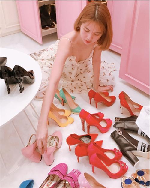 Chỉ nhìn trong bức ảnh này thôi, Ngọc Trinh đã có đến hơn 10 đôi giày đủ màu sắc, kiểu dáng và đều đến từ những nhà mốt hàng đầu thế giới.