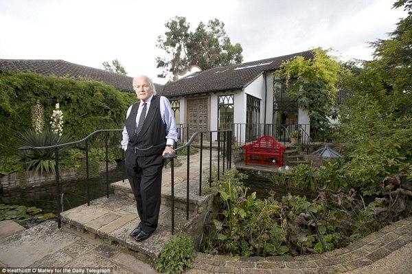 Tự nhận mình là người lãng mạn, luôn yêu cái đẹp, ông Trevos ví những công việc của mình suốt 30 năm qua giống như là tô điểm cho một bức tranh về ngôi nhà của mình vậy.
