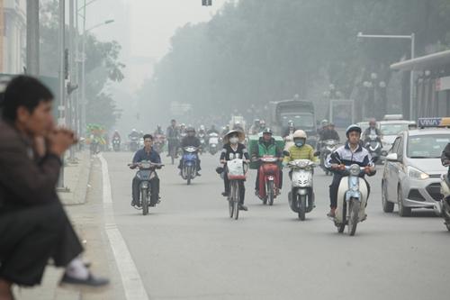 Sương mù phủ kín trời Hà Nội mấy ngày nay. Ảnh Hồng Phú.