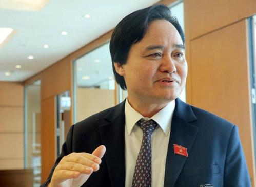 Bộ trưởng GD&ĐT Phùng Xuân Nhạ trao đổi với báo chí bên hành lang Quốc hội. Ảnh: Thắng Quang.