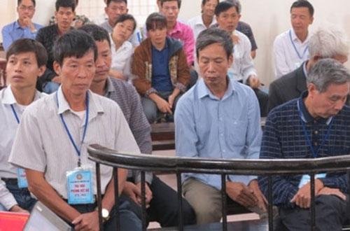 Nhóm cán bộ thôn tại phiên tòa phúc thẩm.