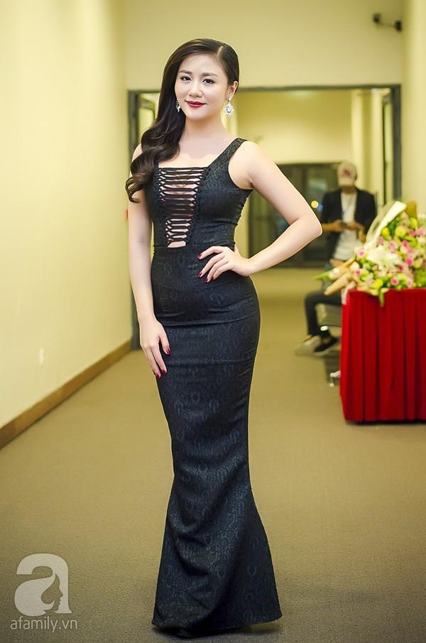 Chiếc váy đen bó sát vô tình để lộ vòng hai không mấy đẹp mắt của Văn Mai Hương.