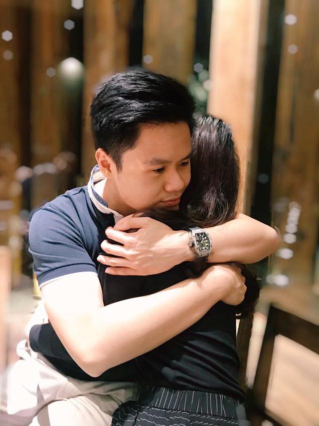 Phan Thành ôm cô gái giấu mặt đầy tình cảm. Bức ảnh khiến dân mạng tò mò, đặt ra nghi vấn thiếu gia đã có tình mới.
