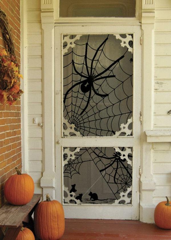 Lắp thêm kính có hình mạng nhện cũng là một ý tưởng khá hay.