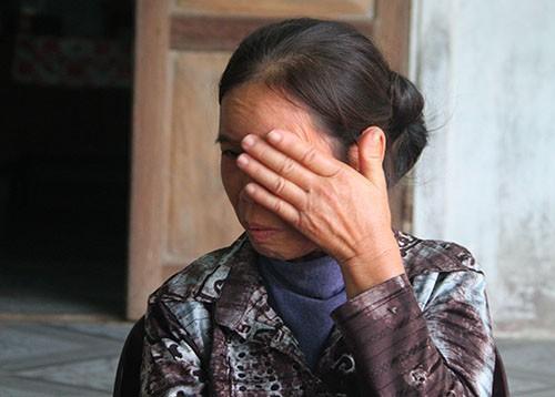 Cô Lan lau nước mắt khi kể về chuyện đời, chuyện nghề. Ảnh: Đức Hùng