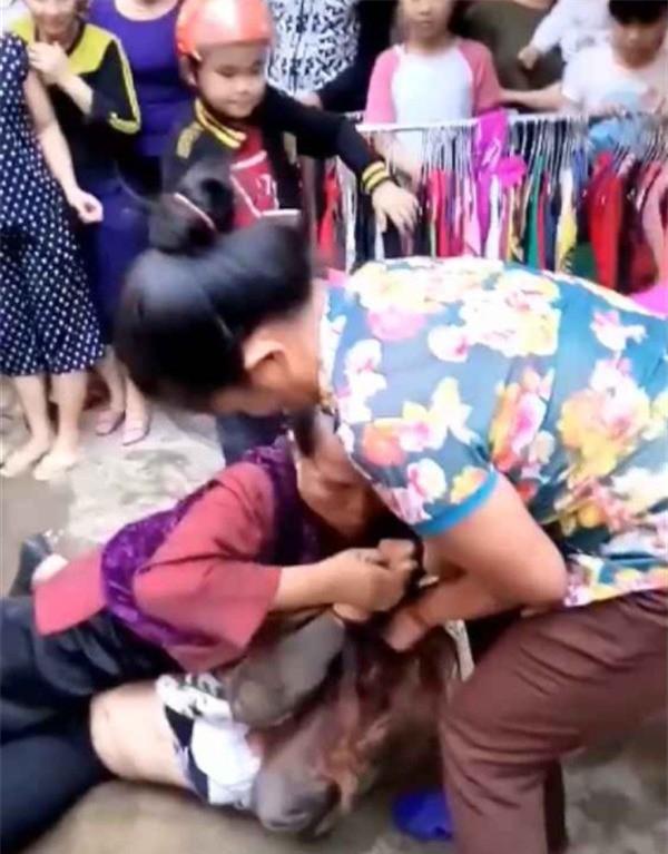 Hình ảnh người được cho là mẹ chồng cùng con dâu đánh ghen gây xôn xao.
