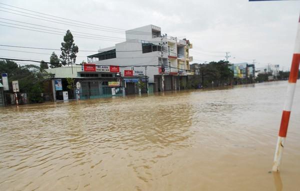 Nước sông dâng cao khiến TP Quy Nhơn, Bình Định ngập sâu. Ảnh: Huyền Trang